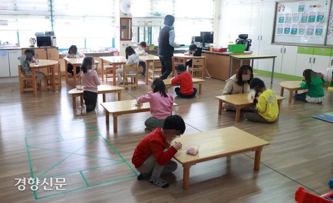 지난 3월20일 오전 서울의 한 초등학교에서 운영 중인 긴급돌봄교실에서 학생들이 서로 떨어진 채 학습을 하고 있다. 권호욱 선임기자 biggun@kyunghyang.com