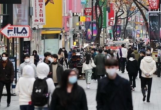 붐비는 명동 거리. 연합뉴스