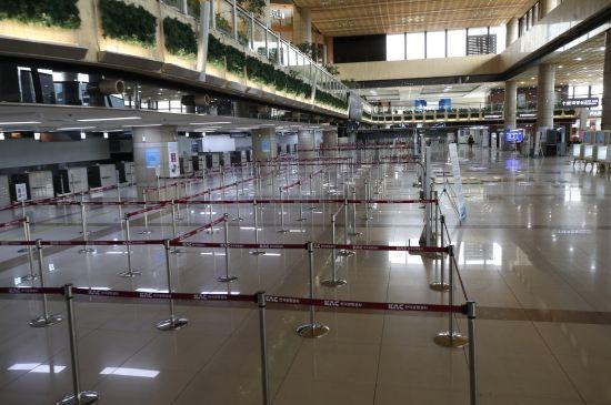 지난 3월 2일 승객이 없어 텅 비어있는 서울 강서구 김포국제공항 국제선 청사의 모습. 연합뉴스