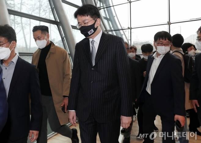 조원태 한진그룹 회장이 18일 오전 서울 영등포구 여의도 전경련회관에서 열린 제32회 '한미재계회의'를 마친 뒤 회의장을 나서고 있다. / 사진=김휘선 기자 hwijpg@