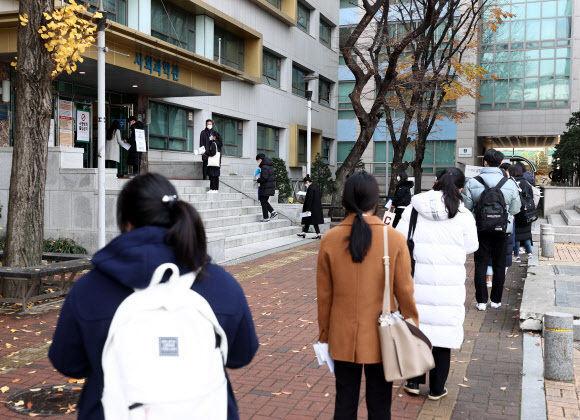 22일 서울 동대문구 한국외국어대학교에서 학생부종합전형 면접고사가 열렸다. 이날 고사장 앞에서 수험생들이 ''거리두기''를 하며 입실하고 있다. 연합뉴스