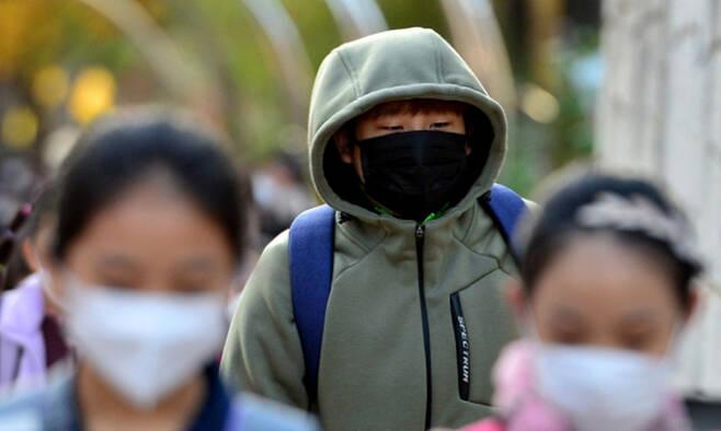 지난 3일 오전 경북 포항시 북구 환여동에서 등굣길에 나선 초등학생이 쌀쌀해진 날씨에 몸을 움츠리고 있다. 경북=뉴스1