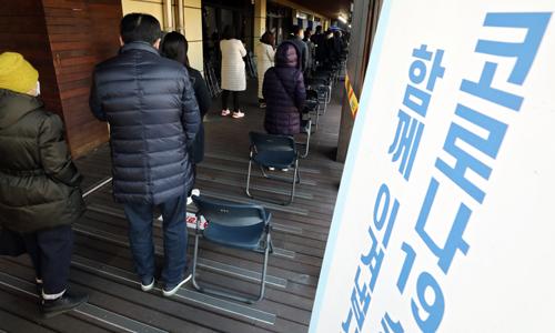 23일 오전 서울 송파구보건소 코로나19 선별진료소에서 시민들이 검사를 받기 위해 줄지어 서 있다. 뉴시스