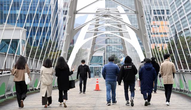 20일 점심시간 판교의 직장인들이 유스페이스몰로 향하는 다리를 건너고 있다. /성남=권욱기자