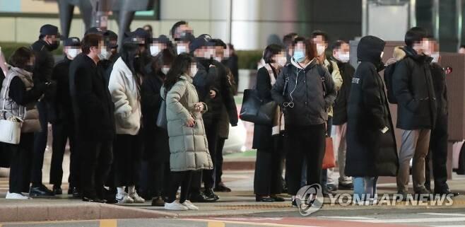 쌀쌀한 출근길 [연합뉴스 자료사진]