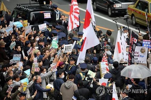 도쿄의 혐한 시위대와 이에 항의하는 시민들 [연합뉴스 자료사진]