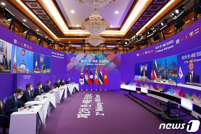 문재인 대통령이 13일 청와대 본관에서 화상으로 개최된 제2차 한-메콩 정상회의에서 참석하고 있다. 2020.11.13/뉴스1 © News1 유승관 기자