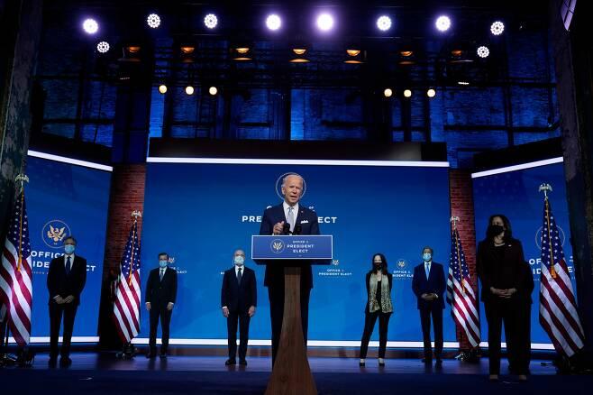 조 바이든(중앙) 미국 대통령 당선인과 카멀라 해리스(오른쪽) 부통령 당선인이 24일(현지시각) 델라웨어주 윌밍턴의 '퀸 시어터' 극장에서 차기 행정부에서 일할 외교ㆍ안보 진용을 소개하고 있다. /AP 연합뉴스