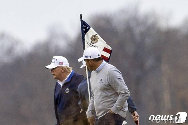 (스털링 AFP=뉴스1) 우동명 기자 = 도널드 트럼프 미국 대통령이 22일(현지시간) 버지니아주 스털링의 트럼프 내셔널 골프클럽에서 골프를 즐기고 있다.  ⓒ AFP=뉴스1