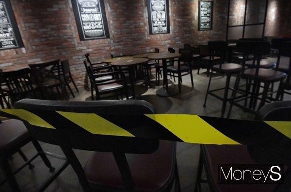 카페 내부에는 착석을 금지하는 밴드가 테이블 주변에 둘러졌다. /사진=장동규 기자