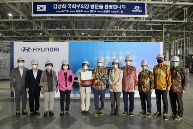 김상희(왼쪽 5번째) 국회 부의장 등 의원들이 24일 서부자바주 브카시의 현대자동차 건설 현장을 방문했다. 현대차인도네시아생산법인 제공