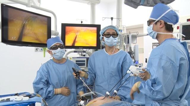수술 의사가 형광 안경을 쓰고 모니터를 보면 복강경을 통해 보이는 장기가 3차원으로 보이게 된다./서울대병원 제공