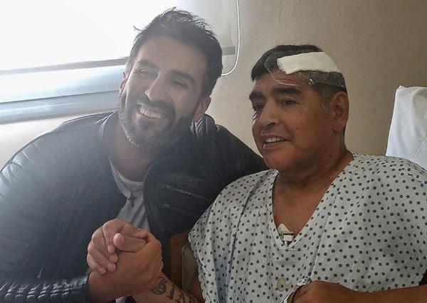 아르헨티나 출신 축구선수 디에고 마라도나가 경막하혈종으로 수술을 받은 후 회복 중에 심장마비로 별세했다. 사진은 뇌수술 후 지난 11일 주치의와 함께 한 마라도나. /사진=연합뉴스