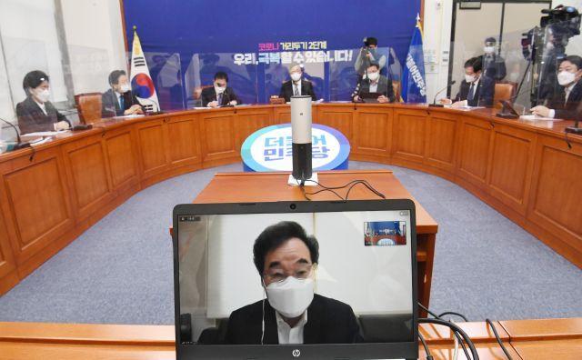 자가격리 중인 이낙연 더불어민주당 대표가 25일 최고위원회의에서 화상으로 참석해 발언하고 있다. 연합뉴스