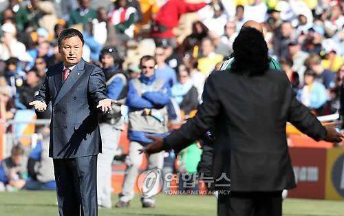 2010년 남아공 월드컵 조별리그 경기 때 마라도나와 신경전 벌이는 허정무 이사장 [연합뉴스 자료사진]