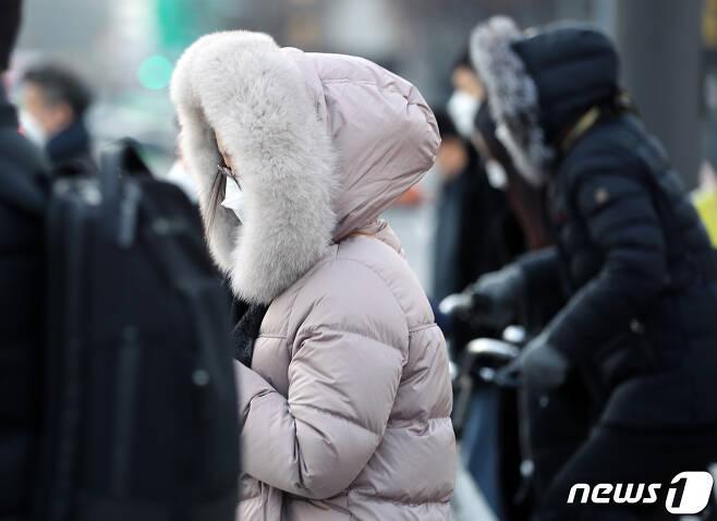 전국 대부분의 아침 기온이 영하권으로 떨어진 23일 오전 서울 광화문 사거리 인근에서 시민들이 잔뜩 움츠린 채 출근하고 있다. 2020.11.23/뉴스1 © News1 이동해 기자