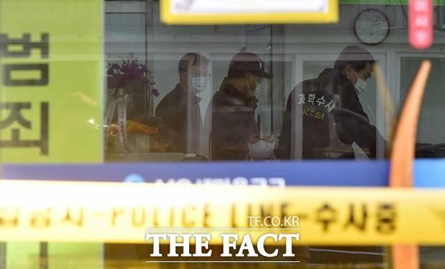 27일 대구동부경찰서 등에 따르면 지난 24일 오전 11시 30분께 대구 동구 신암동 한 새마을금고에서 60대 남성 A씨가 전 동료 직원인 40대 남성 B씨와 30대 여성 C씨를 흉기로 찔렀다. 사진은 사건 현장. /뉴시스