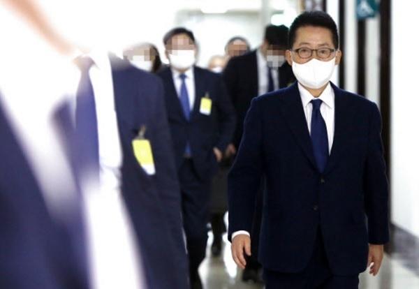 박지원 국가정보원장이 27일 국회 정보위원회 전체회의에 출석하고 있다. 뉴스1