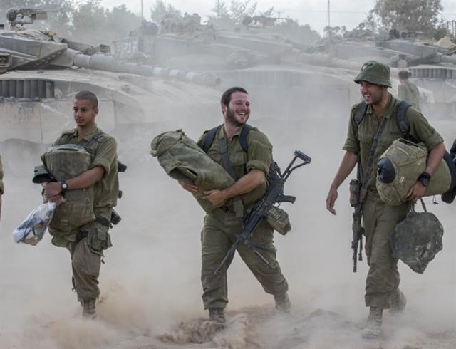 팔레스타인 무장정파 하마스와 대치하다 휴전 소식을 들은 이스라엘 병사들이 소속 부대로 이동하고 있다. AFP 연합뉴스