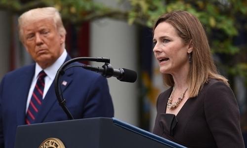 도널드 트럼프 미국 대통령(왼쪽)과 에이미 코니 배럿 연방대법관.- 연합뉴스