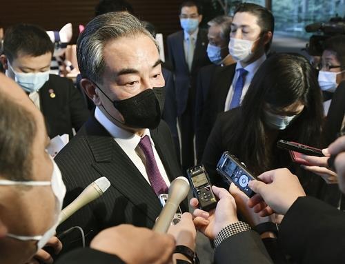 (도쿄 교도=연합뉴스) 왕이(王毅) 중국 외교담당 국무위원 겸 외교부장이 25일 오후 일본 총리관저에서 기자들의 취재에 응하고 있다.
