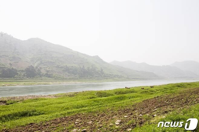평양-향산고속도로 옆으로 보이는 청천강의 상류. (미디어한국학 제공) 2020.11.28.© 뉴스1