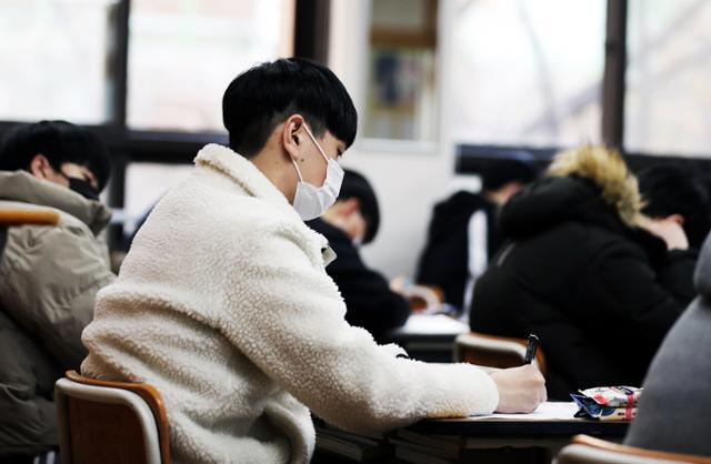 2021학년도 대학 수학능력시험을 9일 앞둔 24일 부산 구덕고에서 고3 학생들이 공부하고 있다. 연합뉴스