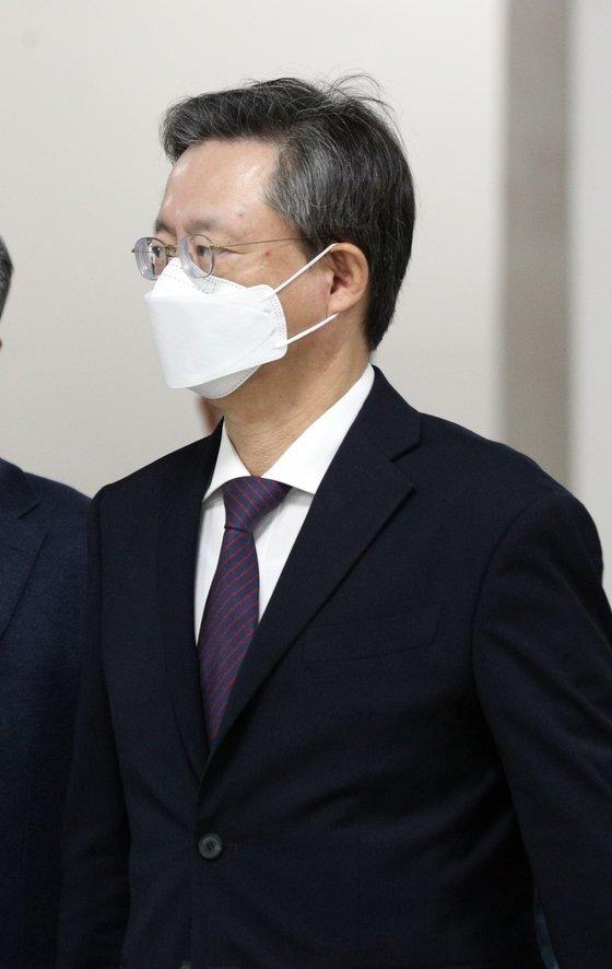 불법사찰 혐의를 받는 우병우 전 청와대 민정수석이 12일 서울고등법원에서 열린 항소심 공판에 출석하고 있다. [뉴스1]