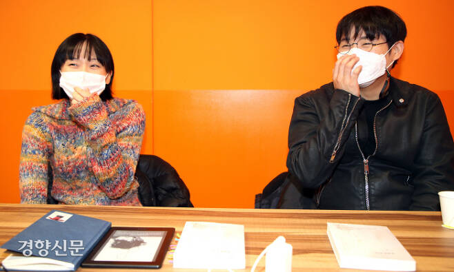"""이다울(왼쪽)은 질병을 다스리며 살아가는 치병(治病)을 삶의 방식으로 택했다. 안희제는 """"질병이 있다고 관계나 제도에서 배제돼선 안 된다""""고 말했다. 지난 23일 서울 신도림동 디큐브아카데미 회의실에서 촬영했다. 권호욱 선임기자"""