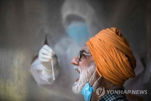 인도 뉴델리의 코로나19 검사 [AFP=연합뉴스 자료사진]