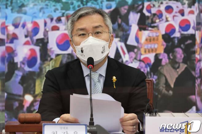 최강욱 열린민주당 대표가 23일 국회에서 열린 최고위원회의에서 발언하고 있다. 2020.11.23/뉴스1 © News1 박세연 기자