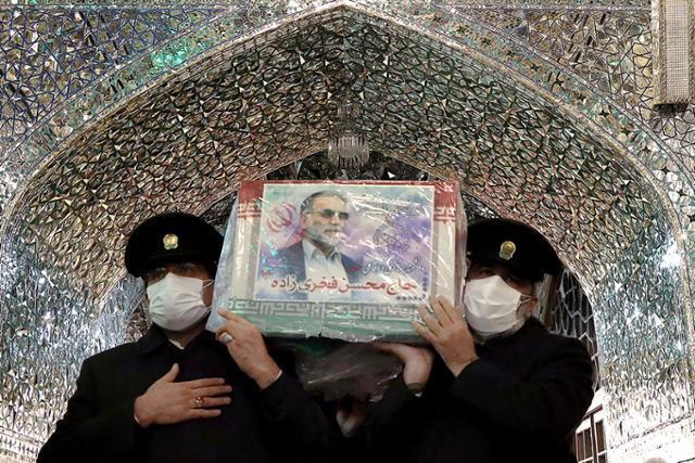 29일 이슬람 시아파 성지인 이란 마슈하드에서 핵과학자 모센 파크리자데의 시신을 운구하는 모습. 로이터 연합뉴스