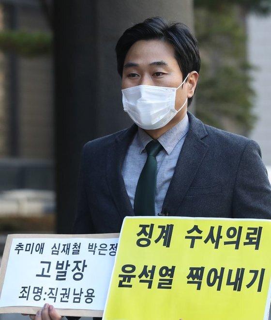 법치주의바로세우기행동연대 이종배 대표가 서울 마포구 서울서부지방검찰청으로 들어서고 있다. [뉴시스]