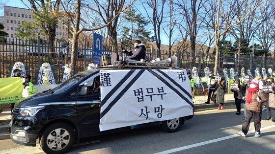 지난 28일 정부과천청사 앞 추미애 법무부 장관 규탄 집회에 '법무부 사망'이라고 적힌 현수막을 두른 차량이 등장했다. [사진 자유연대]