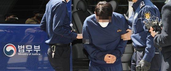 라임 사태 관련 뇌물 혐의 등을 받는 김 모 전 청와대 행정관이 4월 18일 영장실질심사를 받기 위해 서울남부지법으로 들어가고 있다. 연합뉴스