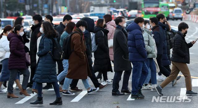 [서울=뉴시스] 이영환 기자 = 30일 오전 서울 종로구 광화문네거리에서 시민들이 출근길 발걸음을 옮기고 있다. 2020.11.30. 20hwan@newsis.com