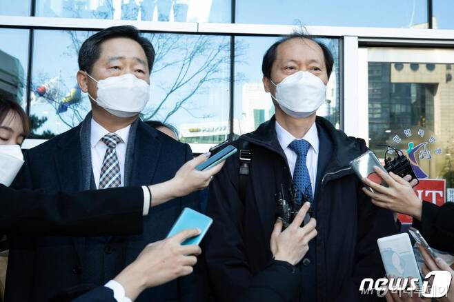 윤석열 검찰총장 측 대리인 이완규(오른쪽), 이석웅 변호사./ 사진=뉴스1
