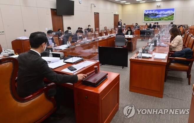 의사봉 두드리는 김영호 외통위 법안심사소위원장 [연합뉴스 자료사진]
