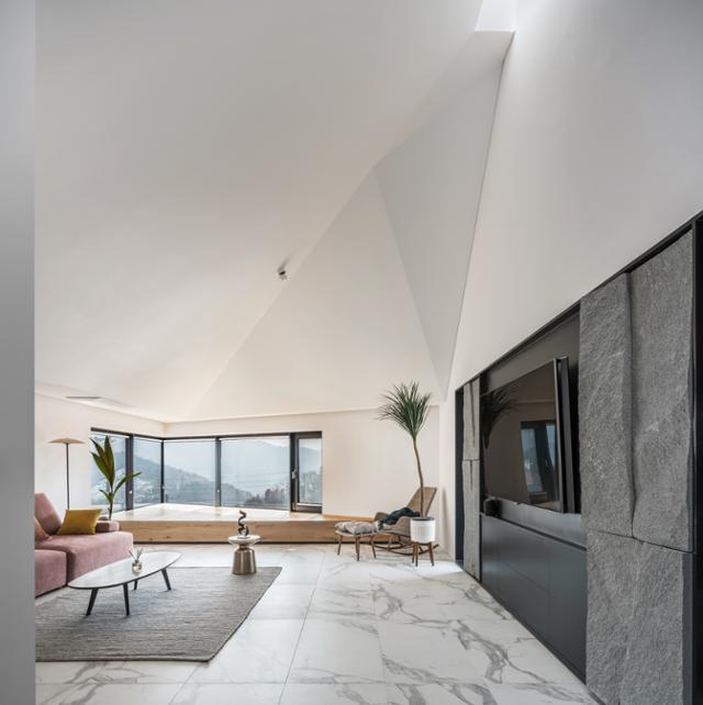 풍경을 감상하기 위해 2층에 배치한 거실의 남쪽에는 뾰족하게 모서리 창을 냈다. 천장고를 2.5m로 낮춰 풍경에 집중하도록 했다. 송유섭 건축사진작가