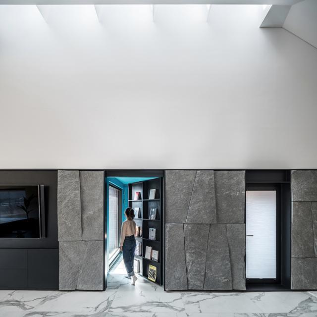 2층 거실 책꽂이 벽면을 밀고 들어가면 사적 공간인 부부의 방으로 이어진다. 송유섭 건축사진작가