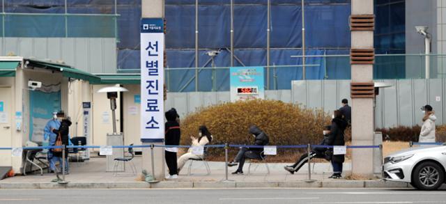 2일 서울 중랑구 서울의료원 코로나19 선별진료소에 검사를 받으려는 시민들이 거리두기를 하며 대기하고 있다. 연합뉴스