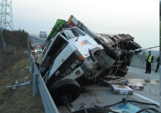 과적이나 적재중량 초과차량은 사고 위험도 높다. [사진 한국도로공사]