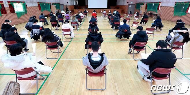(인천=뉴스1) 정진욱 기자 = 2021학년도 대학수학능력시험(수능) 예비 소집일인 2일 오후 인천 남동구 구월여자중학교에서 수험생들이 수능 유의사항 교육을 받고 있다.2020.12.2/뉴스1