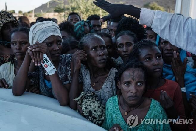1일(현지시간) 에티오피아 티그라이주 출신 피란민들이 인접국 수단의 한 난민 거주지에서 식량 보급을 기다리고 있다. [AFP=연합뉴스]