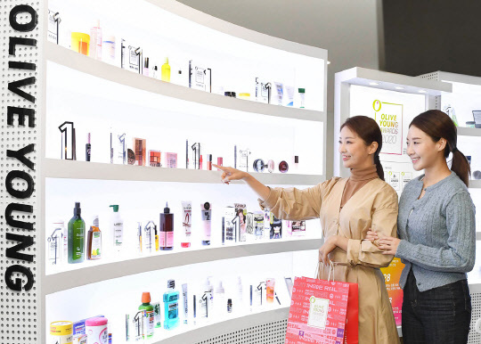 화장품 시장이 초저가 기획 제품과 프리미엄 제품으로 양분되고 있다. <CJ올리브영 제공>