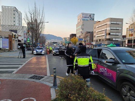 3일 대구 중구 경북여자고등학교 앞. 수험생이 택시에서 내리고 있다. 백경서 기자