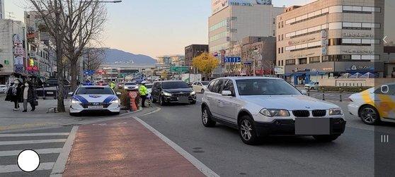 3일 대구 중구 경북여자고등학교 앞. 자녀를 내려준 부모가 차 안에서 자녀가 들어가는 모습을 끝까지 바라보고 있다. 백경서 기자
