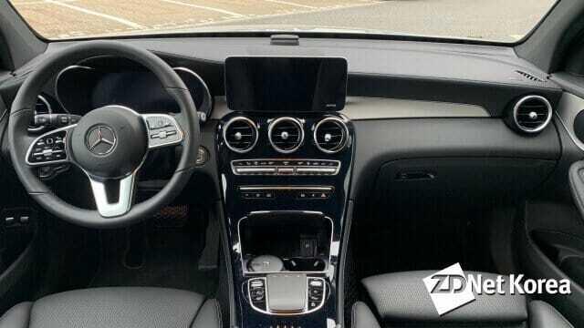 메르세데스-벤츠 GLC 300e 실내. 이전 차량과 달리 터치 기능이 지원되는 10.25인치 센터페시아 디스플레이와 풀 디지털 클러스터 등이 장착돼 편의성이 개선됐다.