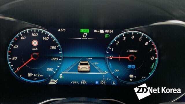 주행보조 실행 모습을 그래픽으로 보여줄 수 있는 벤츠 GLC 300e 클러스터. 사진 속 차량이 GLC보다는 세단을 연상케 해 디테일적인 부분에서 아쉽다는 평가다.