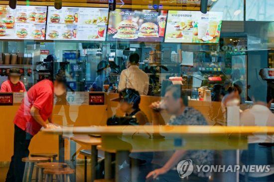 지난 8월 서울 시내의 한 패스트푸드 전문점을 찾은 시민들이 식사하고 있다./사진=연합뉴스